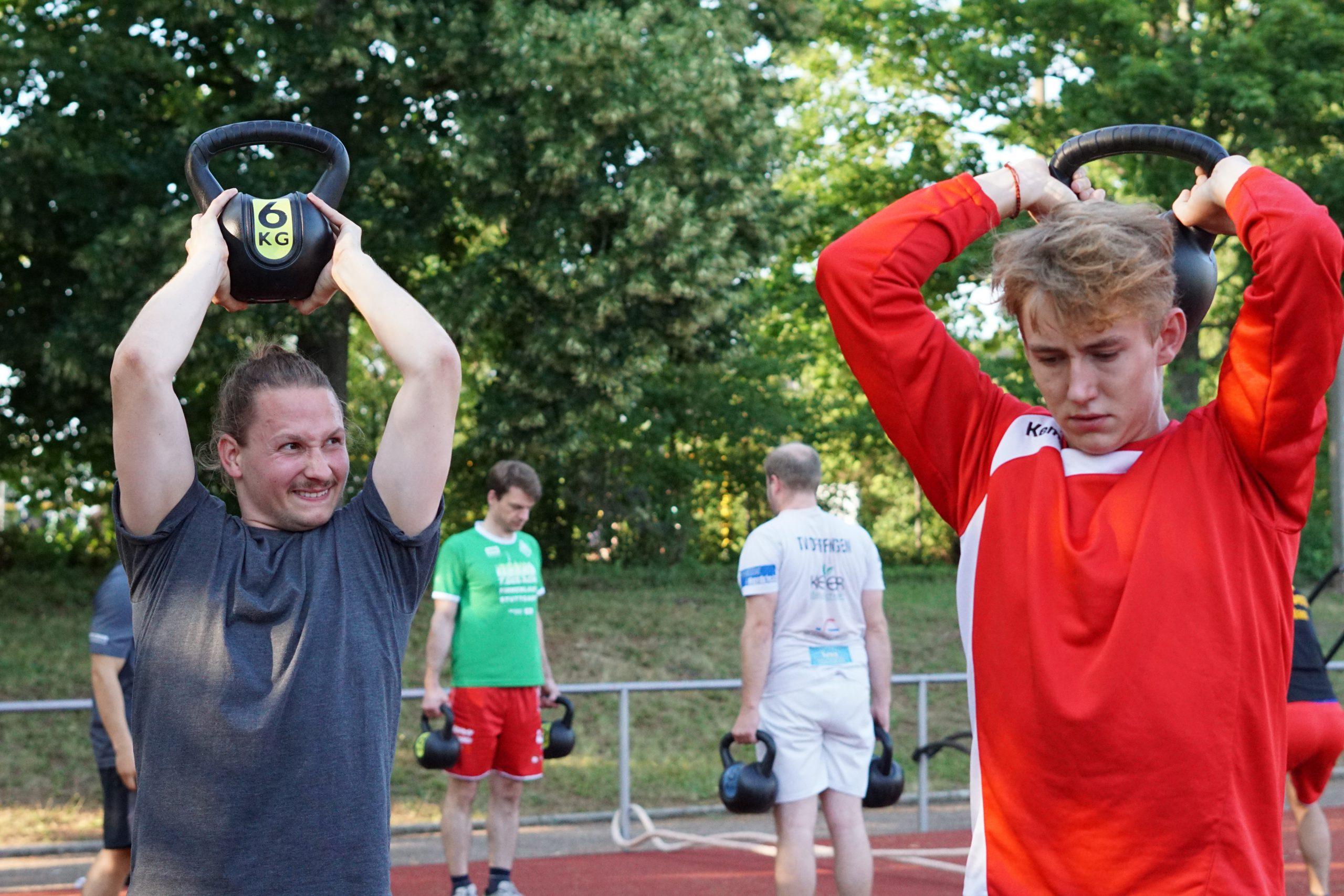 Gruppe Handballer bei einer Übung mit Kettlebells