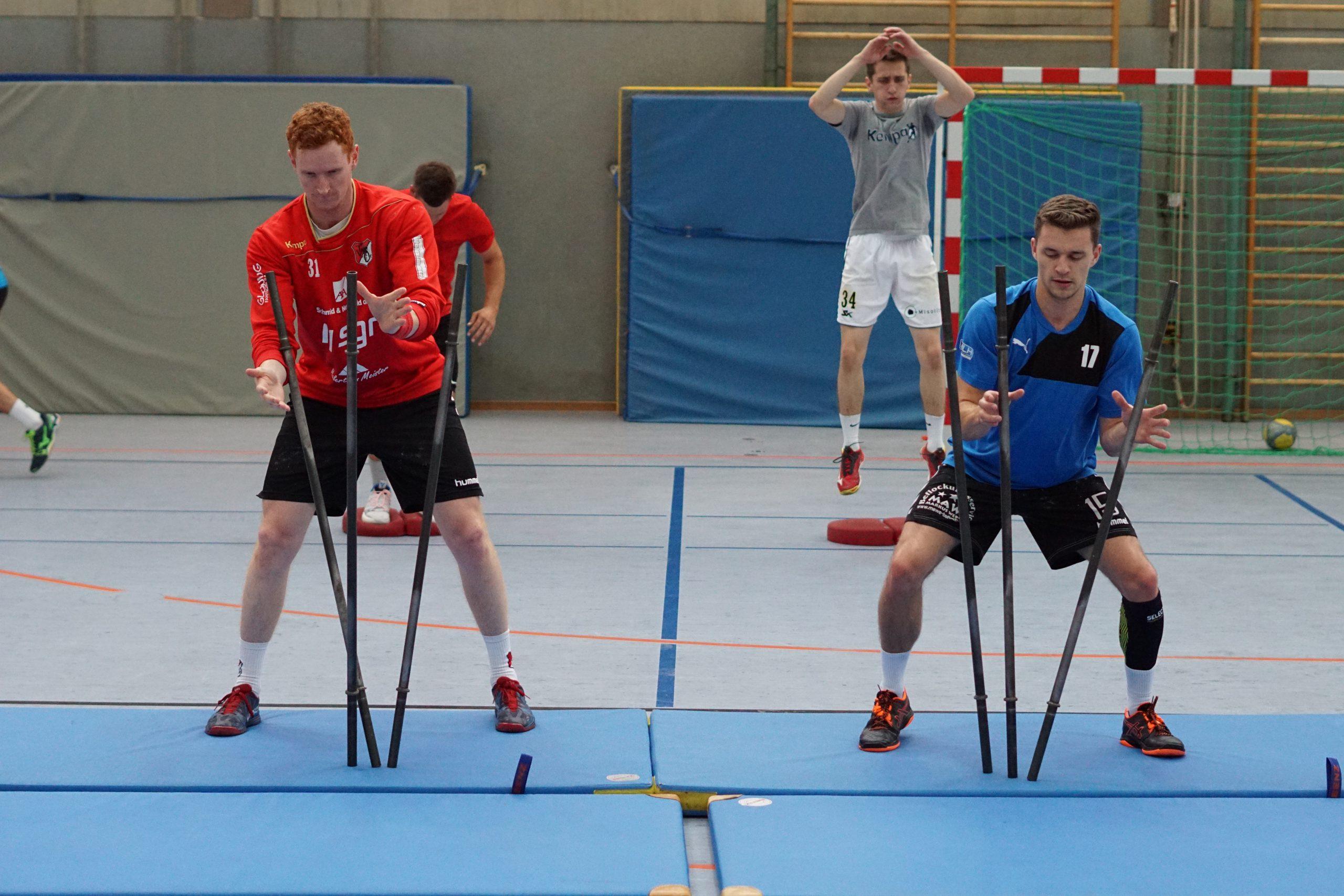 Gruppe Handballer beim Mannschaftstraining