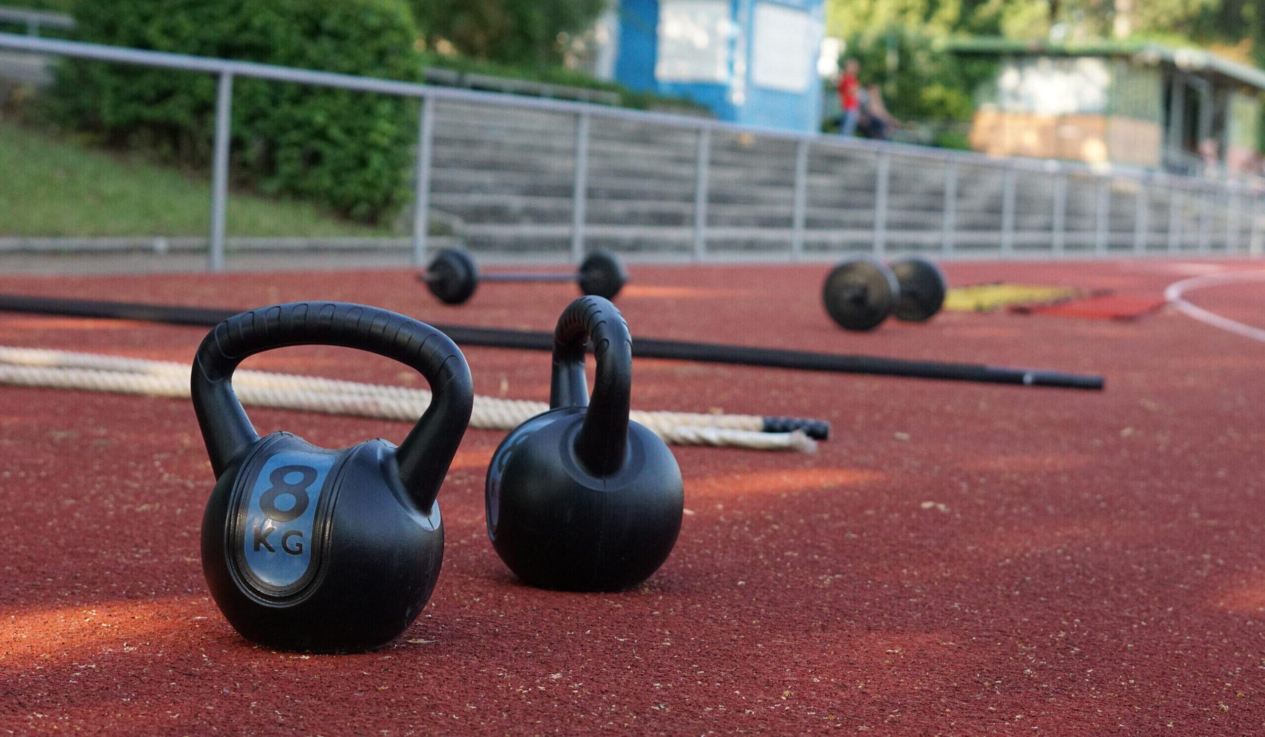 Sport-Equipment: Kettlebells und Battle Ropes